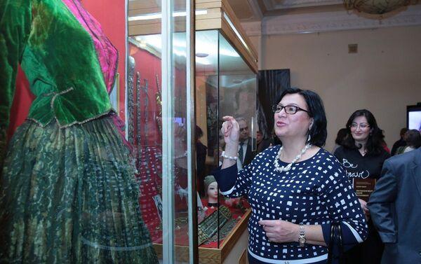 На выстаке демонстрируются головные уборы, пуговицы, воротники и перчатки и другие экспонаты - Sputnik Азербайджан