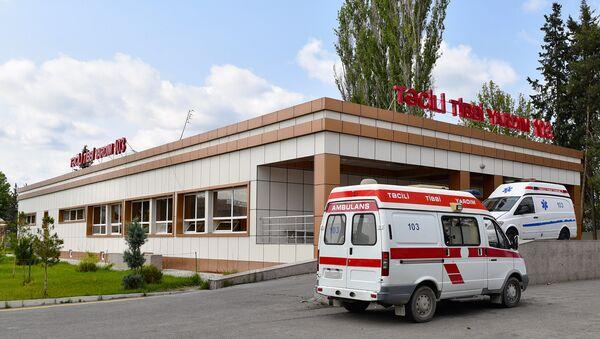 Кареты скорой помощи во дворе одной из региональных больниц, фото из архива - Sputnik Азербайджан