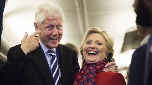 Хиллари Клинтон с мужем Биллом во время предвыборной кампании в Международном аэропорту Филадельфии, 7 ноября 2016 года - Sputnik Азербайджан