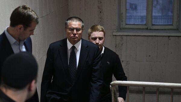 Министр экономического развития РФ Алексей Улюкаев в здании Басманного суда города Москвы - Sputnik Азербайджан