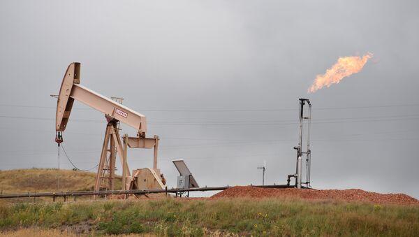 Нефтяной насос и газовый факел, архивное фото - Sputnik Азербайджан