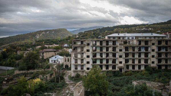 Разрушенные в ходе войны дома в оккупированном азербайджанском городе Шуша  - Sputnik Азербайджан