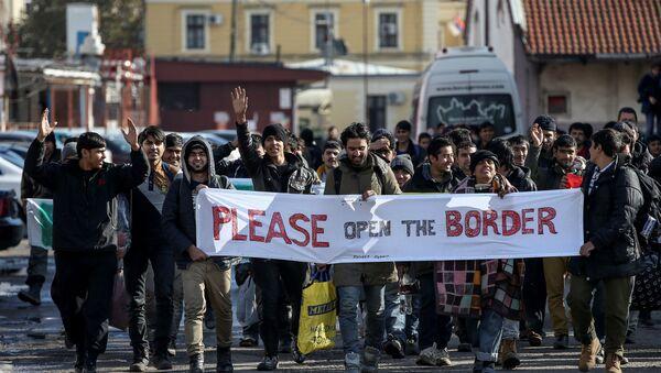 Беженцы и мигранты пересекают Старый савский мост в Белграде, столице Сербии, 11 ноября 2016 года - Sputnik Азербайджан