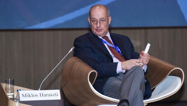 Бывший представитель ОБСЕ по вопросам свободы печати Миклош Харашти на V Всемирном конгрессе новостных агентств в Баку - Sputnik Азербайджан