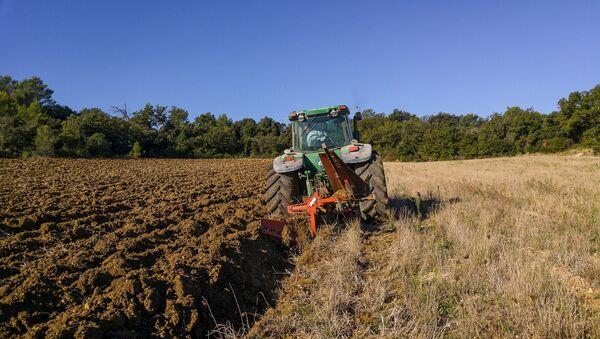 Трактор пашет поле, фото из архива - Sputnik Азербайджан