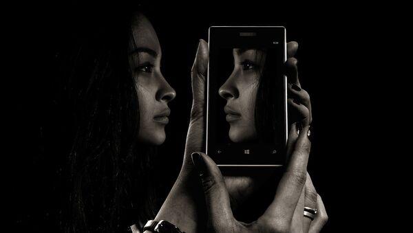 Девушка и ее отражение на экране смартфона - Sputnik Азербайджан
