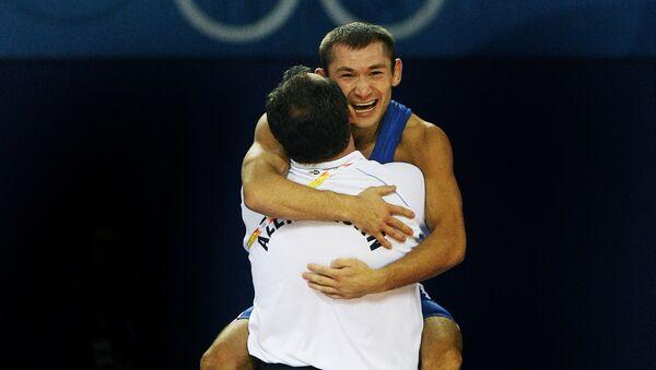 Азербайджанский борец Виталий Рагимов празднует победу на Летних Олимпийских играх 2008 в Пекине, 12 августа 2008 года - Sputnik Азербайджан