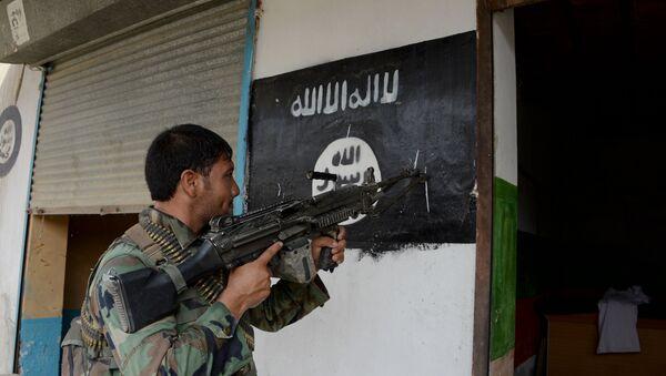 Афганский солдат у флага ИГ в восточной провинции Нангархар, фото из архива - Sputnik Азербайджан