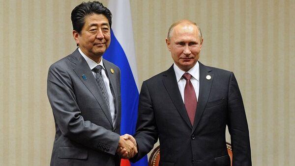 Yaponiyanın baş naziri Şinzo Abe Vladimir Putinlə - Sputnik Azərbaycan