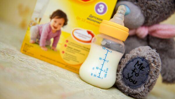 Бутылка с молочной смесью - Sputnik Azərbaycan