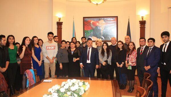 В АГЭУ представили творческий клуб студентов Русской экономической школы - Sputnik Азербайджан