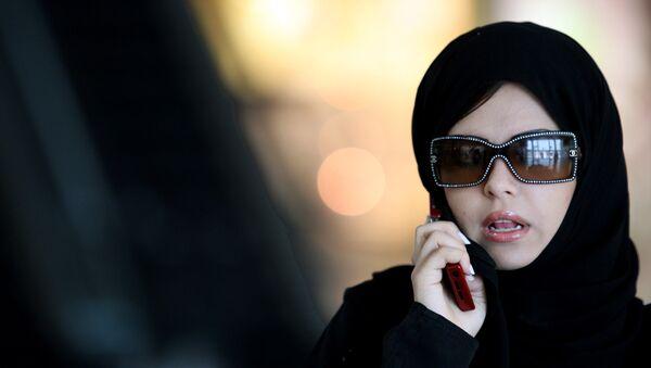 Девушка говорит по телефону в столице Саудовской Аравии Эр-Рияде, фото из архива - Sputnik Азербайджан