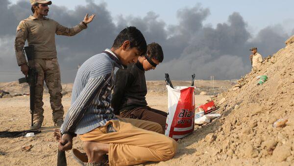 Задержанные иракскими солдатами мужчины, обвиняемые в сообщничестве с боевиками Исламского государства, Кайяра, Мосул - Sputnik Азербайджан