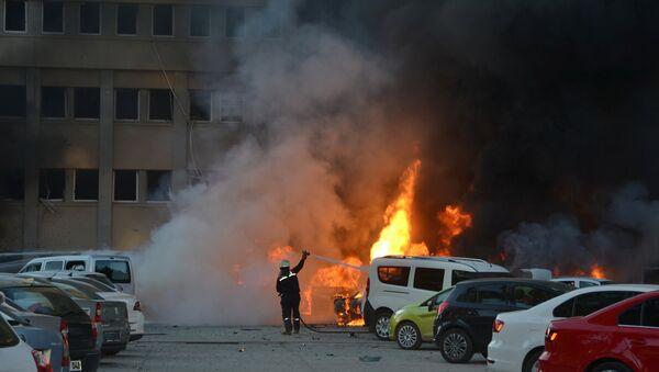 Пожарные тушат пожар на месте взрыва в турецкой провинции Адана - Sputnik Азербайджан