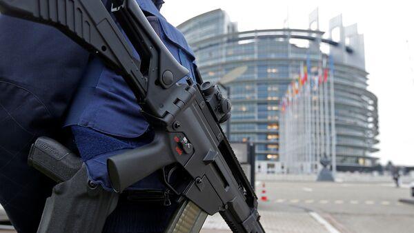 Французский полицейский стоит на страже перед Европейским парламентом в Страсбурге, Франция, 21 ноября 2016 года - Sputnik Азербайджан