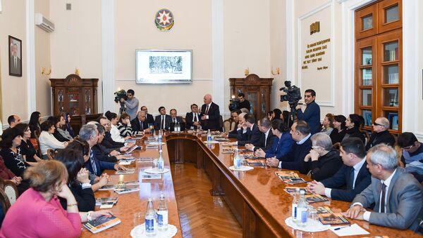 В Президентской библиотеке Управления делами президента АР состоялась презентация четырех брошюр на азербайджанском, английском и русском языках по истории Иреванского ханства - Sputnik Азербайджан