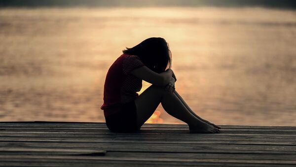 Девочка-подросток сидит в одиночестве, фото из архива - Sputnik Азербайджан