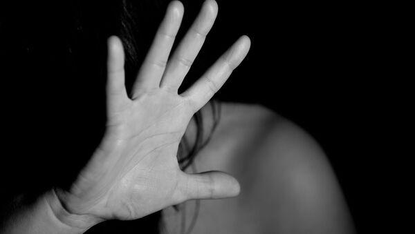 Женщина, закрывающая лицо рукой - Sputnik Азербайджан