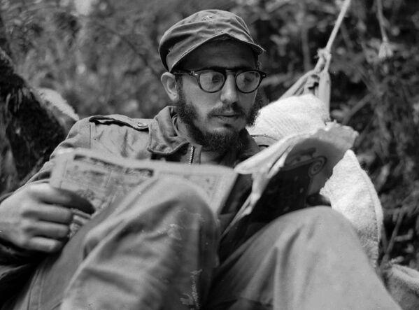 Главнокомандующий Повстанческой армии Фидель Кастро в горах Сьерра-Маэстра - Sputnik Азербайджан