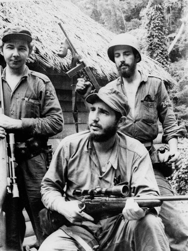 Фидель Кастро в годы революции - Sputnik Азербайджан