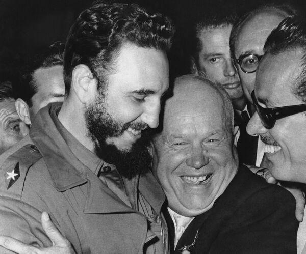 Фидель Кастро и Никита Хрущев в ООН - Sputnik Азербайджан