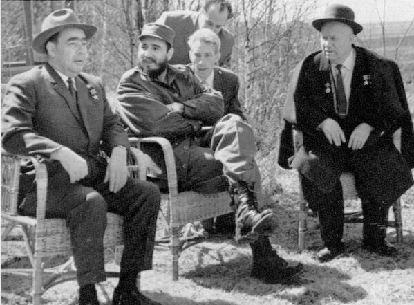 Фидель Кастро с Леонидом Брежневым и Никитой Хрущевым - Sputnik Азербайджан