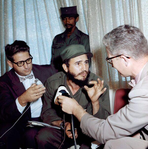 Фидель Кастро во время интервью - Sputnik Азербайджан
