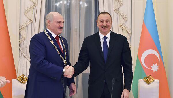 Ильхам Алиев вручает орден Гейдар Алиев Александру Лукашенко - Sputnik Азербайджан