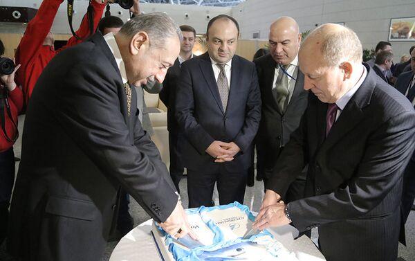 Вице-президент авиакомпании AZAL Эльдар Гаджиев и генеральный директор аэропорта Внуково Василий Александров - Sputnik Азербайджан
