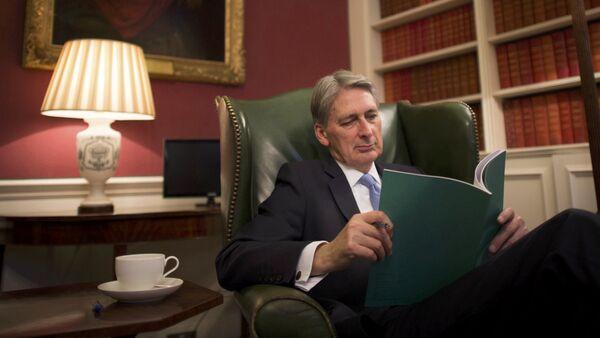 Канцлер казначейства Великобритании Филип Хэммонд знакомится в своем кабинете с ежегодным отчетом о текущем исполнении бюджета – Осенним заявлением, Лондон, 22 ноября 2016 года - Sputnik Азербайджан