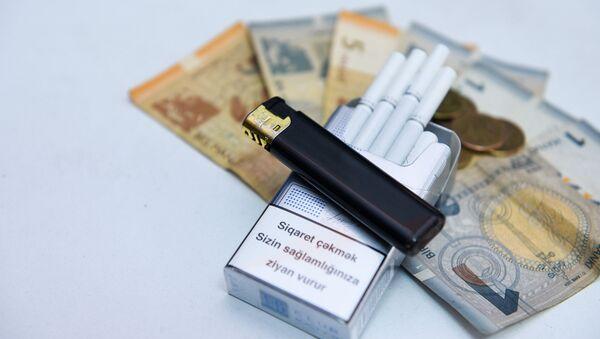 Пачка сигарет и азербайджанские манаты, фото из архива - Sputnik Азербайджан