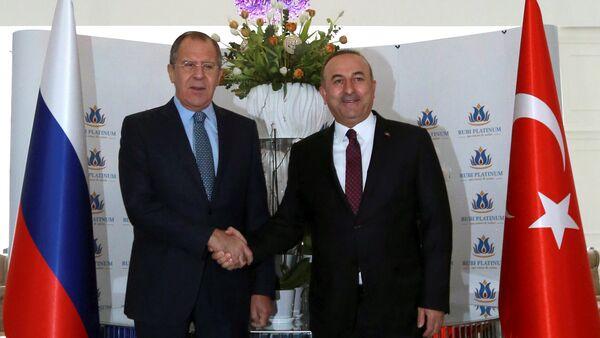 Министр иностранных дел Турции Мовлут Чавушоглу (справа) со своим российским коллегой Сергеем Лавровым - Sputnik Азербайджан