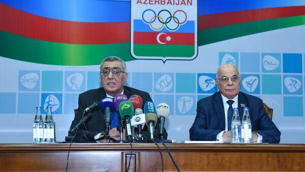 Чингиз Гусейнзаде (слева) и Агаджан Абиев в ходе пресс-конференции по результатам VII генерального отчетно-выборного собрания НОК Азербайджана - Sputnik Азербайджан