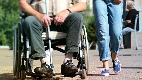 Мужчина в инвалидной коляске, фото из архива - Sputnik Azərbaycan