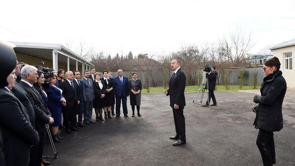 Президент Ильхам Алиев и его супруга Мехрибан Алиева на встрече с представителями общественности Агдамского района - Sputnik Азербайджан