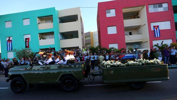 Кортеж с прахом бывшего президента Кубы Фиделя Кастро движется в направлении кладбища Санта-Ифигения в Сантьяго-де-Куба - Sputnik Азербайджан
