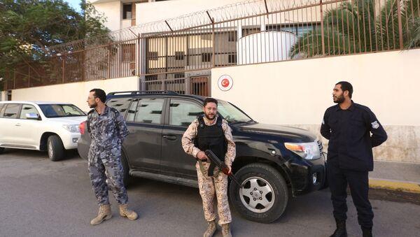 Ливийские силы безопасности стоят на страже перед зданием посольства Турции в столице Триполи, 9 ноября 2016 года - Sputnik Азербайджан