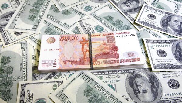 Пачки американских долларов и российских рублей - Sputnik Azərbaycan