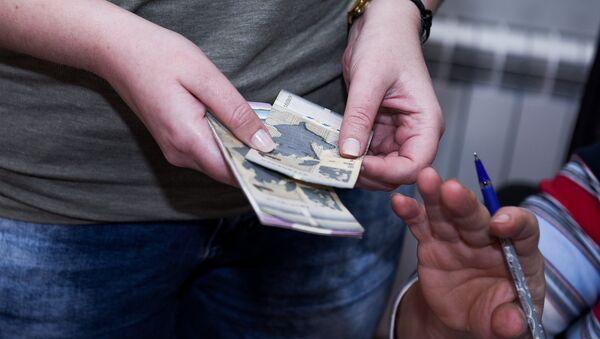 Женщина с деньгами в руках, архивное фото - Sputnik Азербайджан