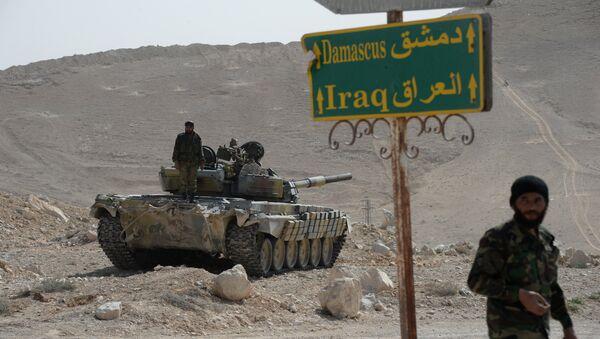 Танк Т-72 отряда народного ополчения Соколы пустыни во время передислокации в районе сирийского города Пальмира, фото из архива - Sputnik Азербайджан
