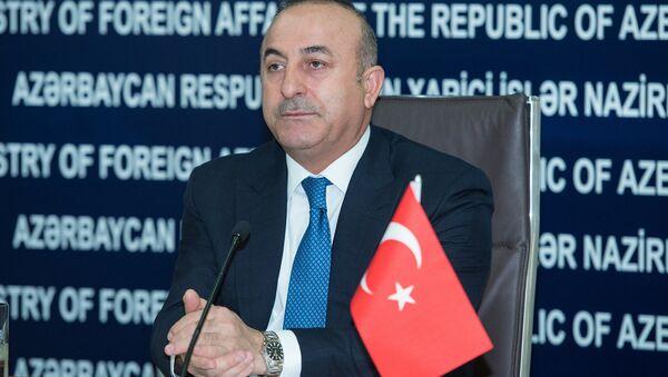 Министр иностранных дел Турции Мевлют Чавушоглу в ходе совместного брифинга с азербайджанским коллегой Эльмаром Мамедъяровым - Sputnik Азербайджан