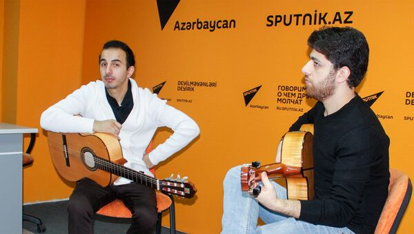 Gənc gitara ifaçıları Cavid Ələkbərli (solda) və Elnur Fəttahov - Sputnik Азербайджан
