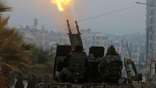 Бойцы Свободной армии Сирии у зенитной установки недалеко от Алеппо, Сирия, 13 декабря 2016 года - Sputnik Азербайджан