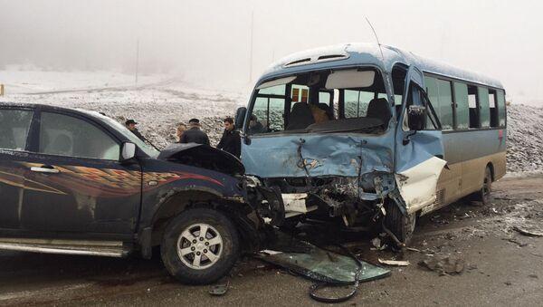 В Гусарском районе пассажирский автобус столкнулся с пикапом - Sputnik Азербайджан