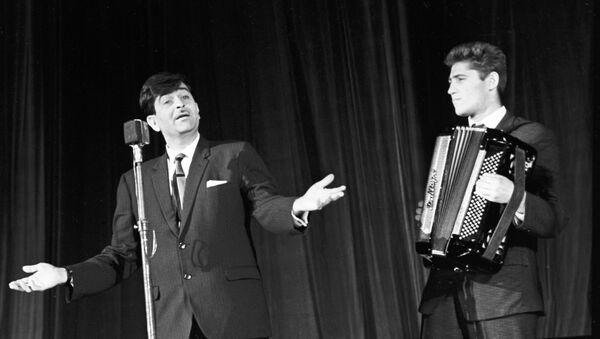Индийский киноактер Радж Капур выступает в Зеленом театре в ходе IV Московского международного кинофестиваля в Москве, 5 июля 1965 года - Sputnik Азербайджан