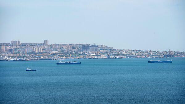 Корабли в акватории Бакинской бухты в Каспийском море на фоне столицы Азербайджана, фото из архива - Sputnik Азербайджан