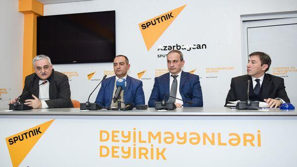 Слева направо: экономисты Фуад Ализаде, Руслан Атакишиев, Самир Алиев и политолог Ильгар Велизаде в ходе круглого стола на тему Экономические проблемы и пути их решения в уходящем году - Sputnik Азербайджан