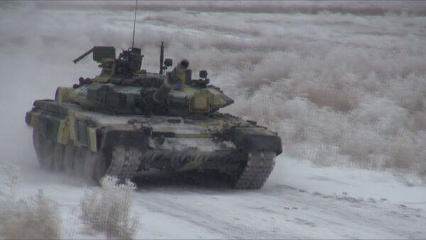 Найти и уничтожить: танкисты расправились с условным противником - Sputnik Азербайджан