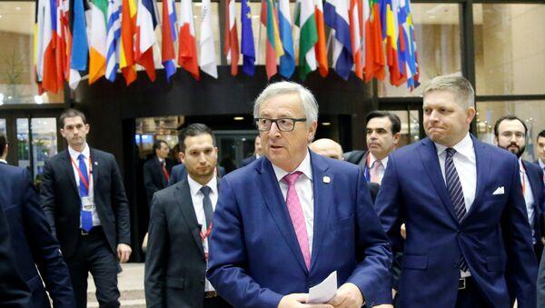 Глава Еврокомиссии Жан-Клод Юнкер в ходе саммита ЕС в Брюсселе, 15 декабря 2016 года - Sputnik Азербайджан