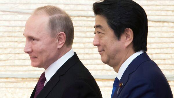 Президент РФ Владимир Путин и премьер-министр Японии Синдзо Абэ (справа) во время встречи в городе Нагато - Sputnik Азербайджан